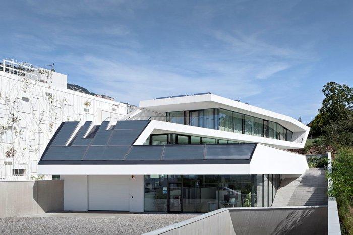 Унікальна біла архітектура та мінімалістичний дизайн штаб-квартира компанії Giacomuzzi